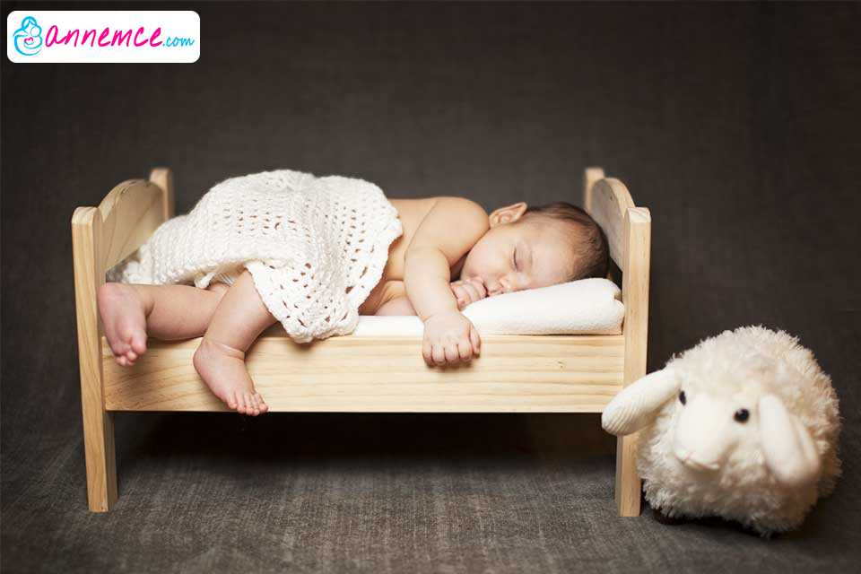 Bebeğinizin Yatağı Nasıl Olmalı? Dikkat Edilmesi Gerekenler