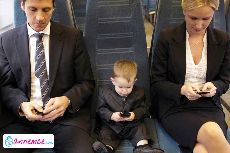Çocukların Anne Babayı Taklit Etmesi